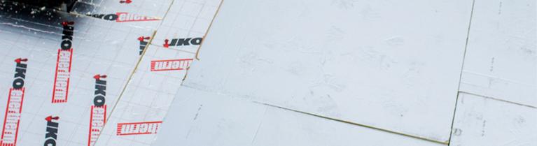 Mise en place d'isolant IKO sur le toit d'un bâtiment.